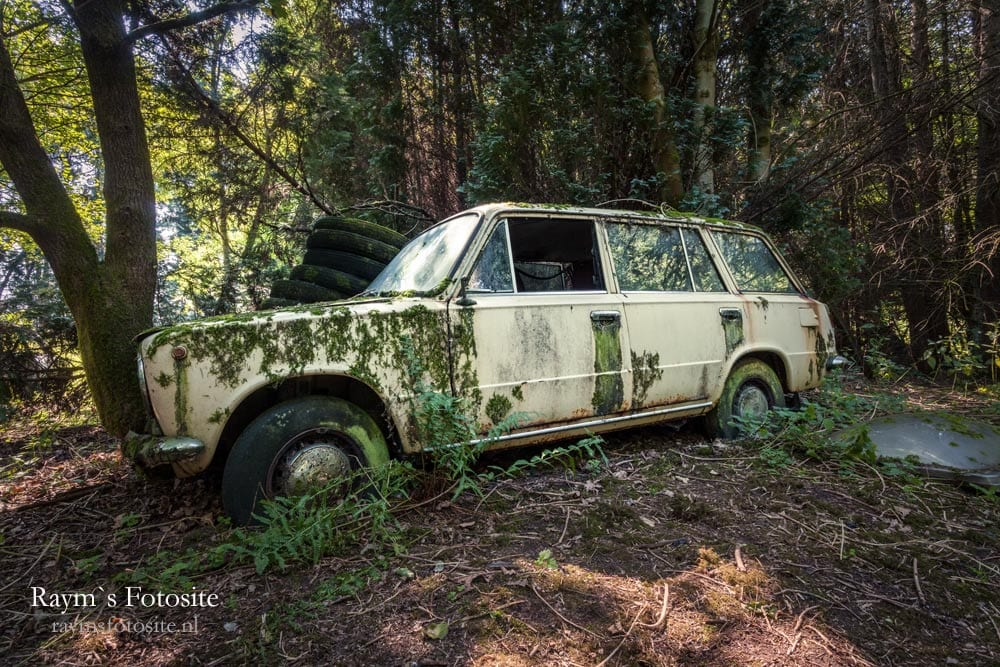 Lost in the Woods. De bekende verlaten Lada van Lost in the Woods.
